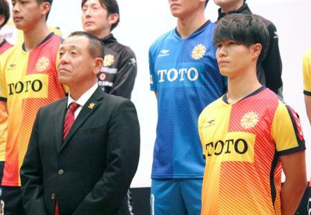 J2北九州の新体制発表会に臨む小林監督(左)と新人FW佐藤亮=18日、北九州市