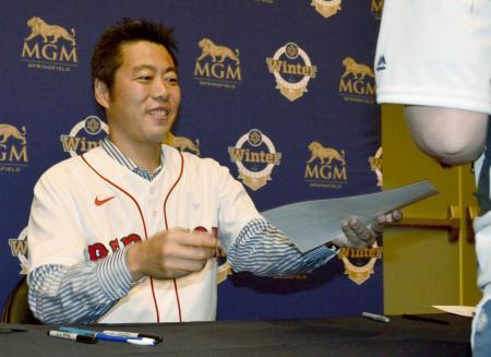 レッドソックスのイベントでファンにサインする上原浩治氏=18日、米マサチューセッツ州スプリングフィールド