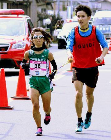 熊本県・奥球磨ロードレースのハーフマラソンを走る女子マラソン(視覚障害)の道下美里(左)