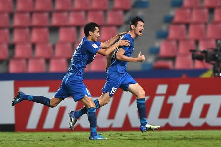 アラブ首長国連邦(UAE)戦で得点を決め、喜ぶウズベキスタンの選手=19日、バンコク(ゲッティ=共同)