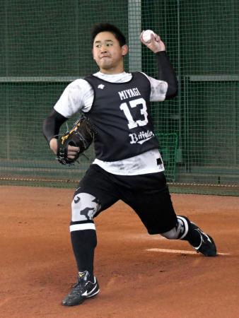 ブルペンで投球練習をするオリックス・宮城=大阪市