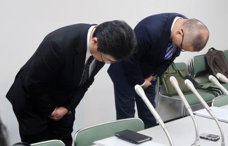 バスケットボール男子Bリーグ島根スサノオマジックの鈴木裕紀監督のパワハラ行為で、頭を下げるチーム関係者=21日、松江市