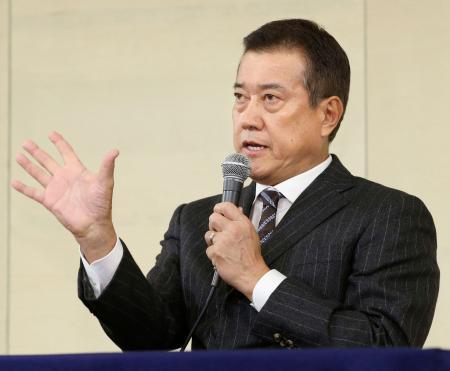 プロ野球の12球団監督会議を終え、記者会見する巨人の原辰徳監督=22日、東京都内のホテル