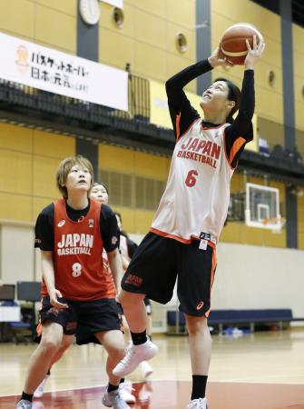 強化合宿で練習する大崎(右)=東京都内