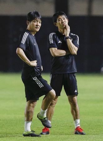 U―23アジア選手権のカタール戦に向けた練習を見守る森保監督(右)と横内コーチ=バンコク(共同)