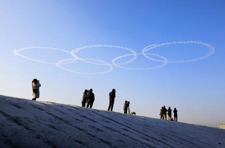 航空自衛隊の「ブルーインパルス」によって描かれた五輪マーク=24日午前、宮城県東松島市