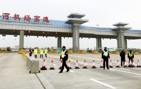 新型肺炎の影響で閉鎖された中国・武漢の空港へ通じる高速道路=23日(共同)