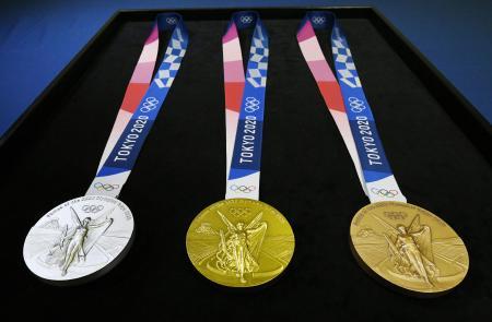 東京五輪のメダル。左から銀、金、銅