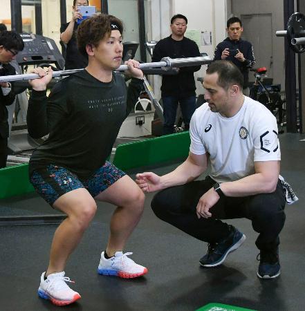 室伏広治氏(右)の指導の下でトレーニングするオリックス・吉田正=東京都内