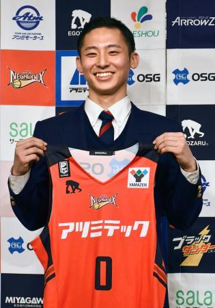 バスケットボール男子B1の三遠に入団し、記者会見でユニホームを披露する河村勇輝=24日、愛知県豊橋市