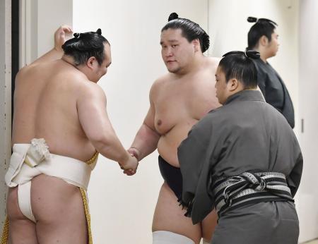 十両優勝を果たし、支度部屋に引き揚げる照ノ富士(中央)=両国国技館