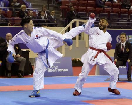 組手男子75キロ級2回戦 パキスタン選手(右)に敗れた西村拳=パリ(共同)