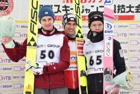 ジャンプ男子HTB杯で3位に入り、表彰台に立つ竹内択(右)=大倉山