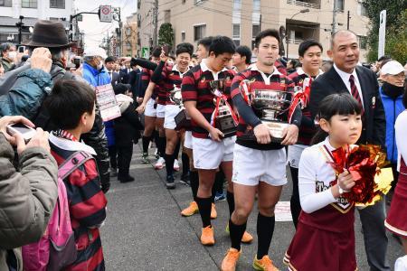 優勝記念パレードで地元商店街を練り歩く早大ラグビー部員ら=25日、東京都杉並区