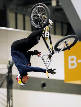 自転車BMXフリースタイル・パーク予選で演技する中村輪夢=愛知県常滑市