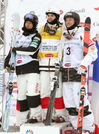 W杯男子モーグル第4戦で2位の堀島行真(左)。中央は優勝したミカエル・キングズベリー=トランブラン(全日本スキー連盟提供)