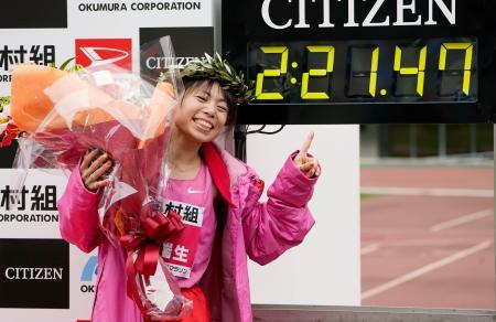 大阪国際女子マラソンで2時間21分47秒をマークして優勝し、笑顔を見せる松田瑞生。日本陸連の設定記録を突破し、五輪代表に前進した=26日、大阪市のヤンマースタジアム長居