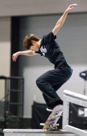 スケートボード・ストリート決勝 2位となった堀米雄斗の演技=愛知県常滑市