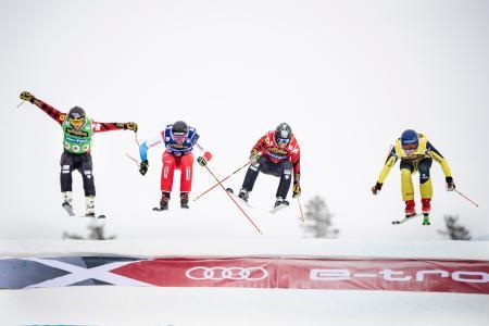 フリースタイルスキーW杯男子スキークロス決勝、トップでフィニッシュラインを通過するダニエル・ボーナッカー(右)=26日、イドレ(AP=共同)