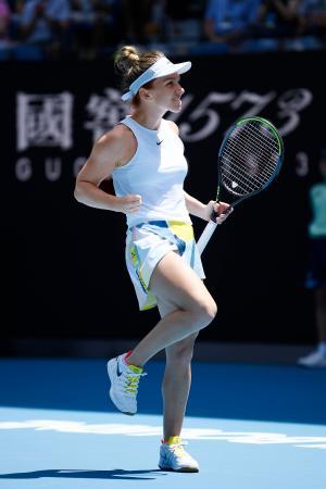 女子シングルス4回戦を突破し、8強入りを決め喜ぶシモナ・ハレプ=メルボルン(共同)