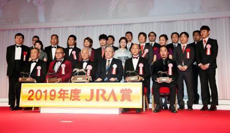 2019年度のJRA賞授賞式でリスグラシューが年度代表馬に選ばれ、記念撮影する関係者=27日、東京都内のホテル