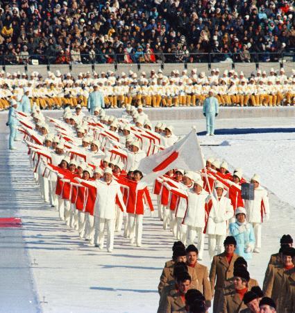 1972(昭和47)年に開かれた札幌冬季五輪の開会式=真駒内スピードスケート競技場