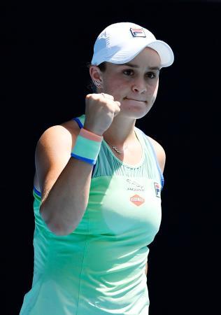 女子シングルス準々決勝でペトラ・クビトバに勝利し、ガッツポーズするアシュリー・バーティ=メルボルン(共同)