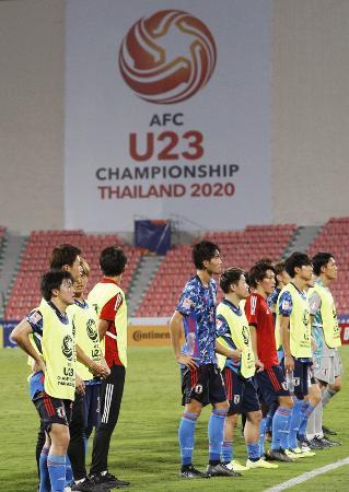 U―23アジア選手権のグループリーグ最終戦でカタールと引き分け、サポーターにあいさつする日本=バンコク(共同)