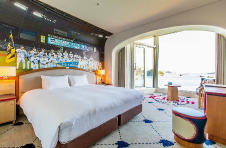 埼玉西武ライオンズをコンセプトに館内を一新した「日南海岸南郷プリンスホテル」の「ライオンズフロア」の客室=宮崎県日南市