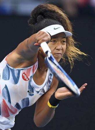 テニスの全豪オープン女子シングルス3回戦でプレーする大坂なおみ=24日、メルボルン(共同)