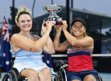 車いすの部女子ダブルスで優勝し、笑顔を見せる上地(右)、ホワイリー組=メルボルン(共同)