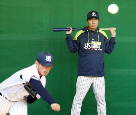 キャンプ初日、投球練習を見守るヤクルト・高津監督。左は大西=浦添