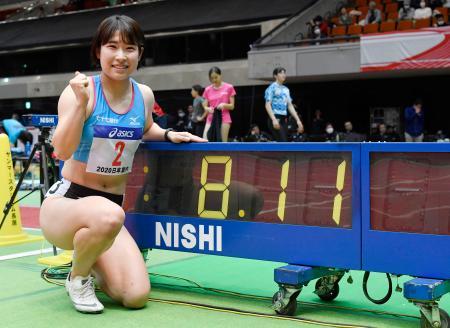 女子60メートル障害で8秒11の室内日本新記録で優勝した青木益未=大阪城ホール