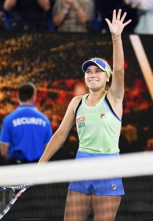 女子シングルスでガルビネ・ムグルサに勝利し四大大会初制覇を果たし、観客の声援に応えるソフィア・ケニン=メルボルン(共同)