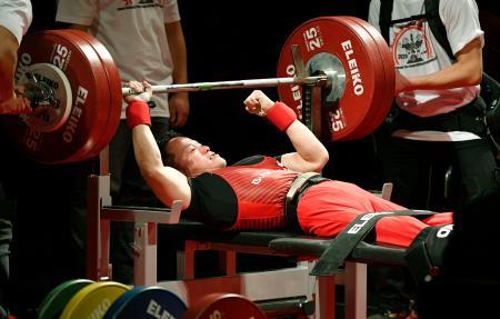 男子49キロ級 特別試技で日本新記録となる135・5キロをマークした西崎哲男=東京都八王子市