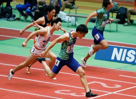 男子60メートル決勝 6秒58で優勝した多田修平(手前)=大阪城ホール