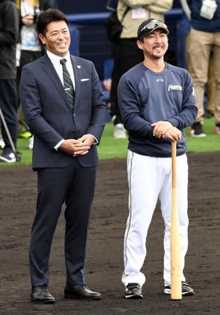 日本ハムキャンプを訪れ、日本ハム・小笠原コーチ(右)と談笑する日本代表の稲葉監督=名護