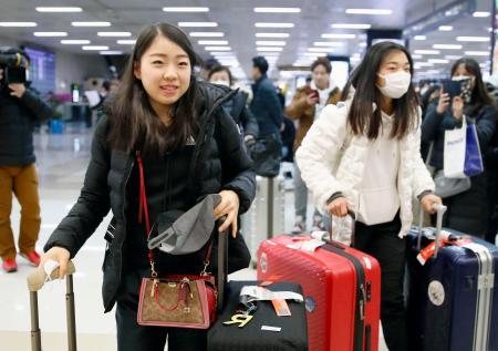 フィギュアスケート四大陸選手権のためソウルに到着した紀平梨花(左)と坂本花織=3日(共同)
