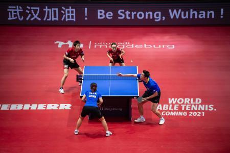 ドイツ・オープン混合ダブルス決勝で中国ペアと対戦する水谷隼(左上)と伊藤美誠(右上)=1日、マクデブルク(AP=共同)