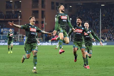 セリエAのサンプドリア戦でゴールを喜ぶナポリの選手たち=3日、ジェノバ(AP=共同)