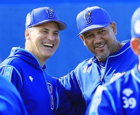 練習前に笑顔を見せるDeNA・ラミレス監督(右)とビスケル特別コーチ=宜野湾