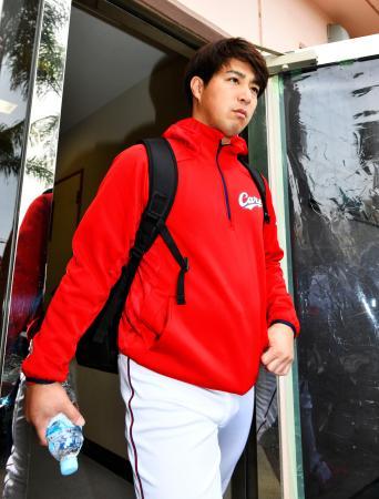 トレーニング後、球場を後にする広島・野村。「右腓腹筋損傷」と診断された=日南