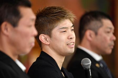記者会見するボクシングの田中恒成(中央)=4日、名古屋市