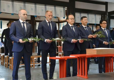 和田神社に参拝し必勝祈願する(左端から)J1神戸のイニエスタ、フィンク監督ら=4日、神戸市