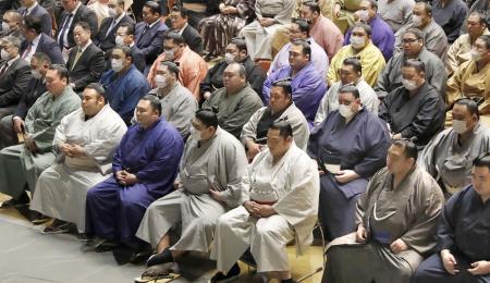 日本相撲協会が開いた全協会員向けの研修会に出席する横綱白鵬(前列左端)ら=4日、両国国技館