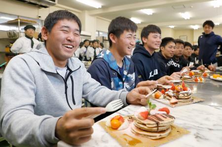 日章学園高でパンケーキ作りを体験し、試食する(左から)オリックスの宮城、紅林ら=宮崎市