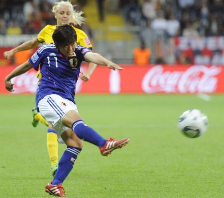 女子W杯ドイツ大会のスウェーデン戦でシュートを放つ大野忍=2011年7月