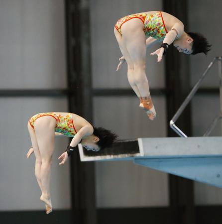 女子シンクロ高飛び込みで派遣参考基準を突破した板橋(右)荒井組=東京辰巳国際水泳場