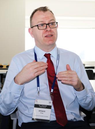 インタビューに答える国際パラリンピック委員会のクレイグ・スペンス広報部長
