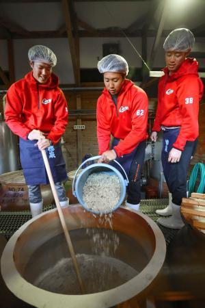 焼酎の仕込みを体験する広島の(左から)森下、石原貴、宇草=宮崎県日南市